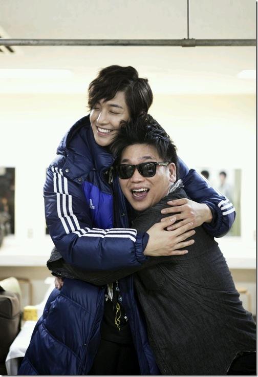 [صــور]: كيم هيون جونغ مع فرقة DownHell ..~